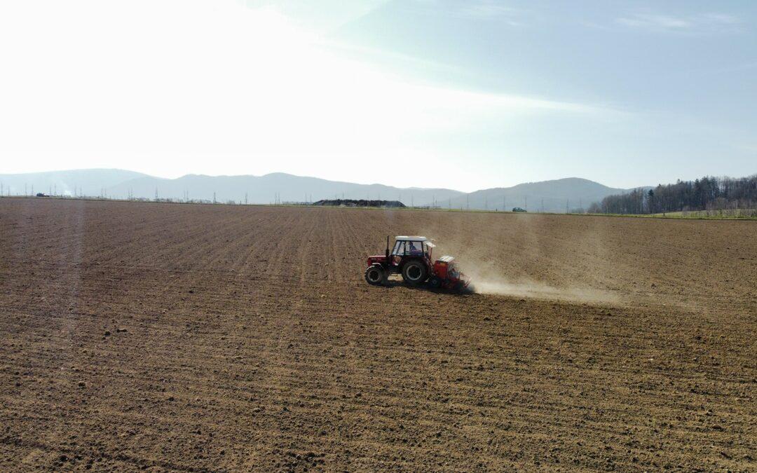 Jarní počasí vyhnalo zemědělce do práce